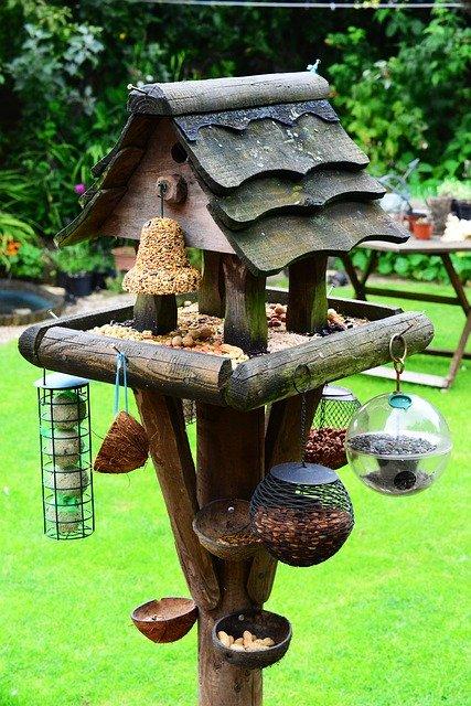 Vogelfutterhaus mit Ständer